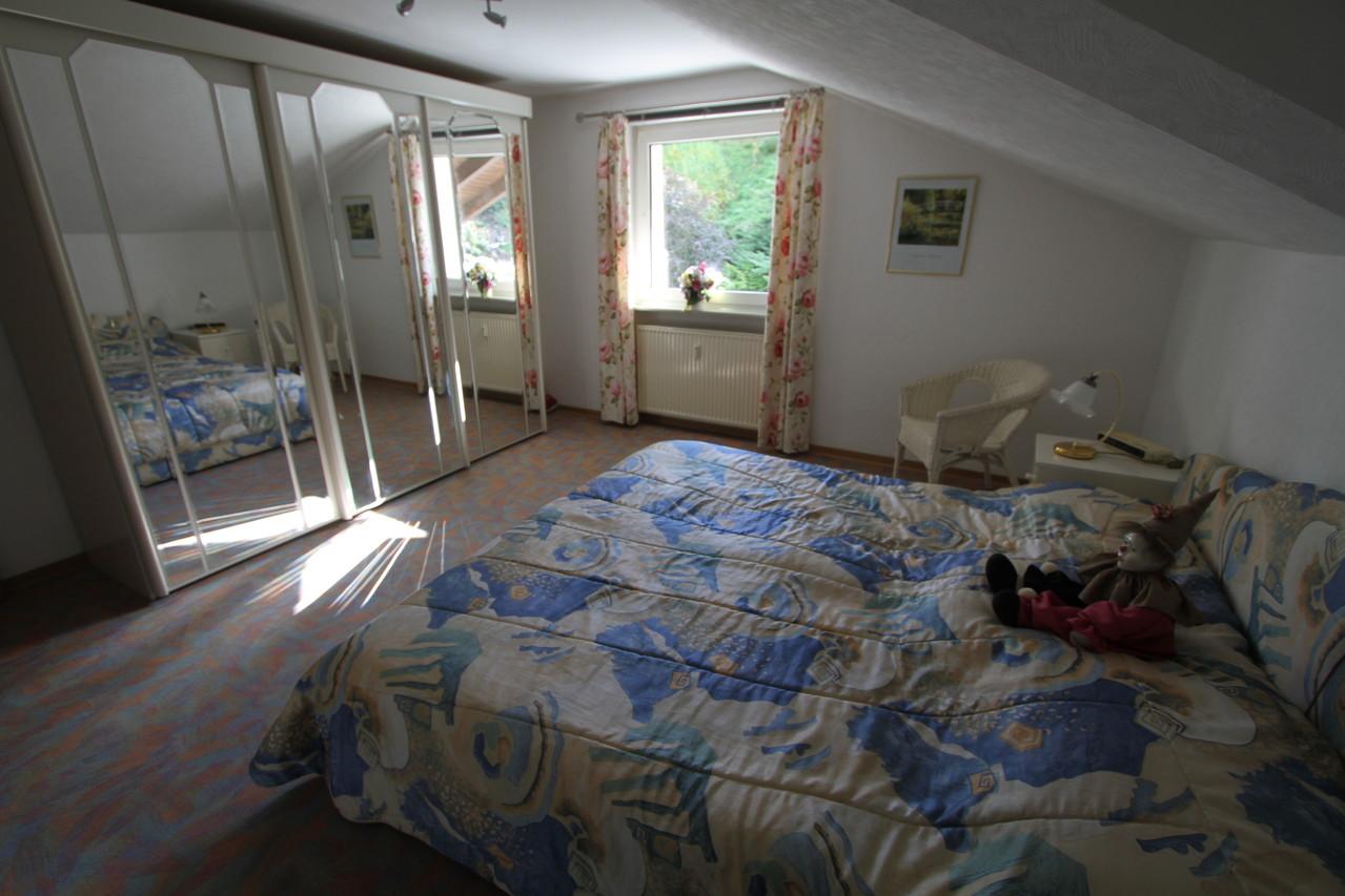 Slaapkamer 1 met tweepersoonsbed en grote spiegelkast