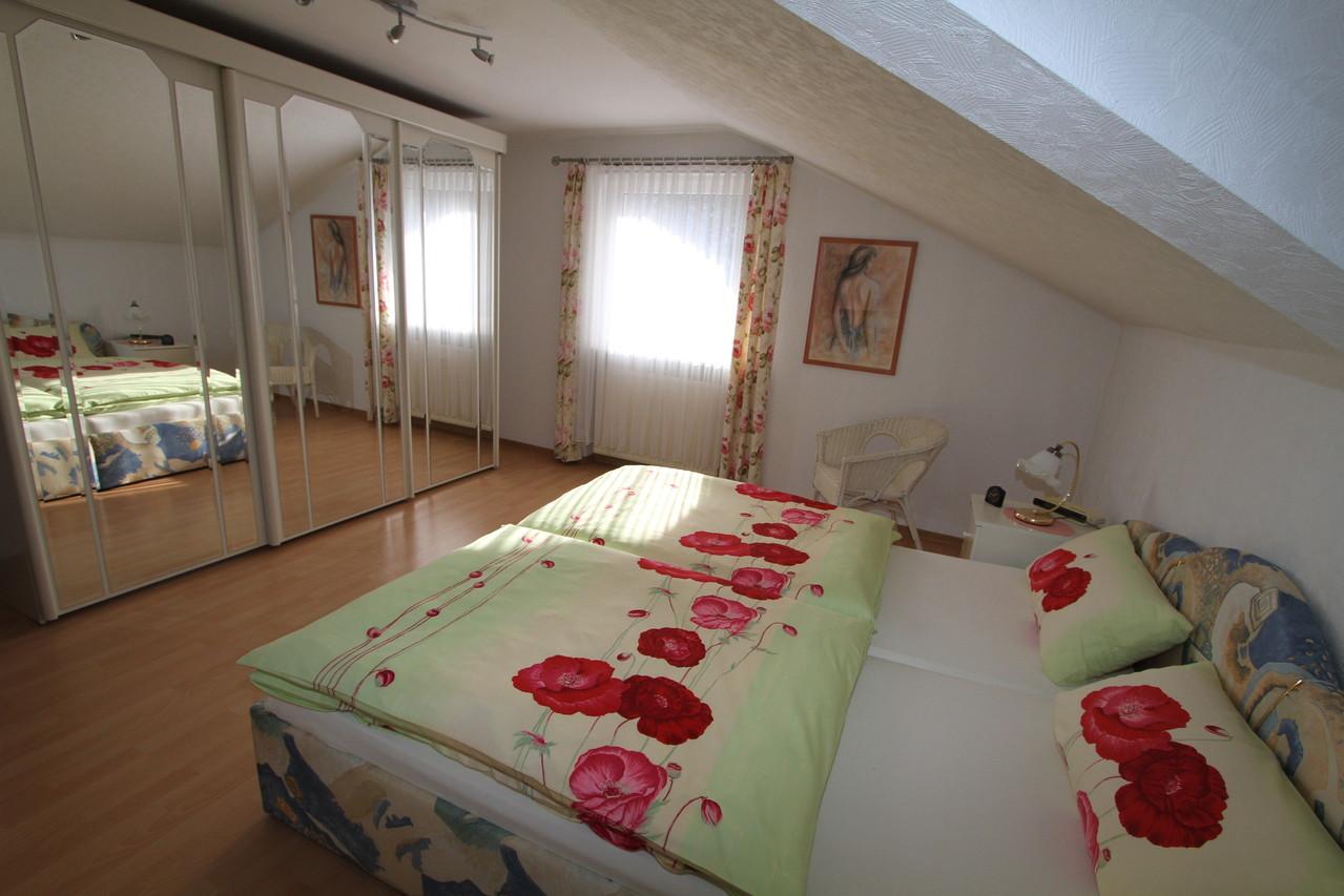 Schlafzimmer 2 mit Doppelbett und großem Spiegelschrank