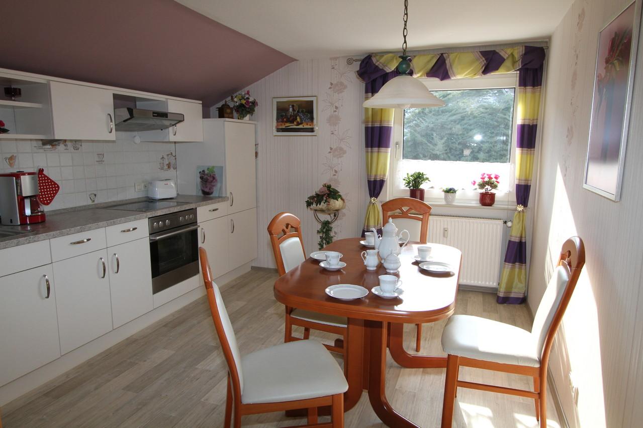 Küche mit Tisch und vier Sitzpätzen