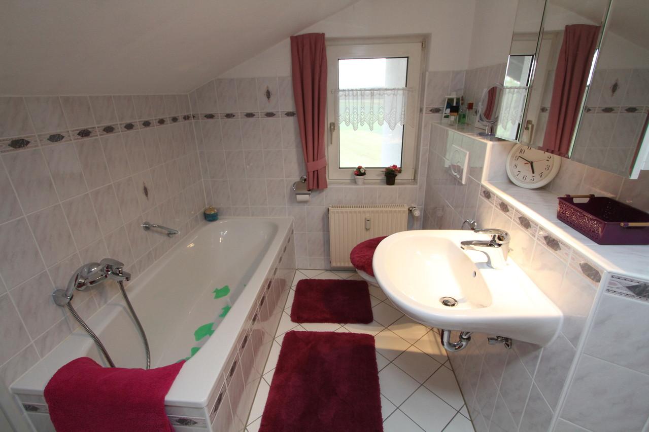 Badkamer met douche en ligbad