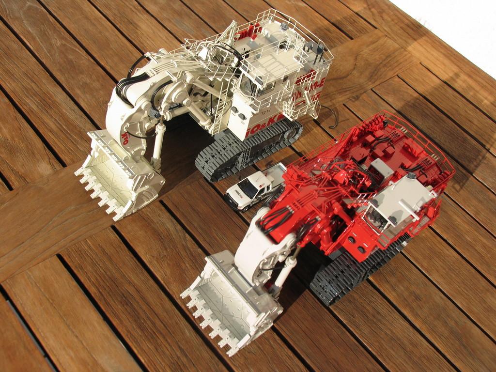 Die beiden RH400 im Vergleich (rot Diesel, weiß Elektro)
