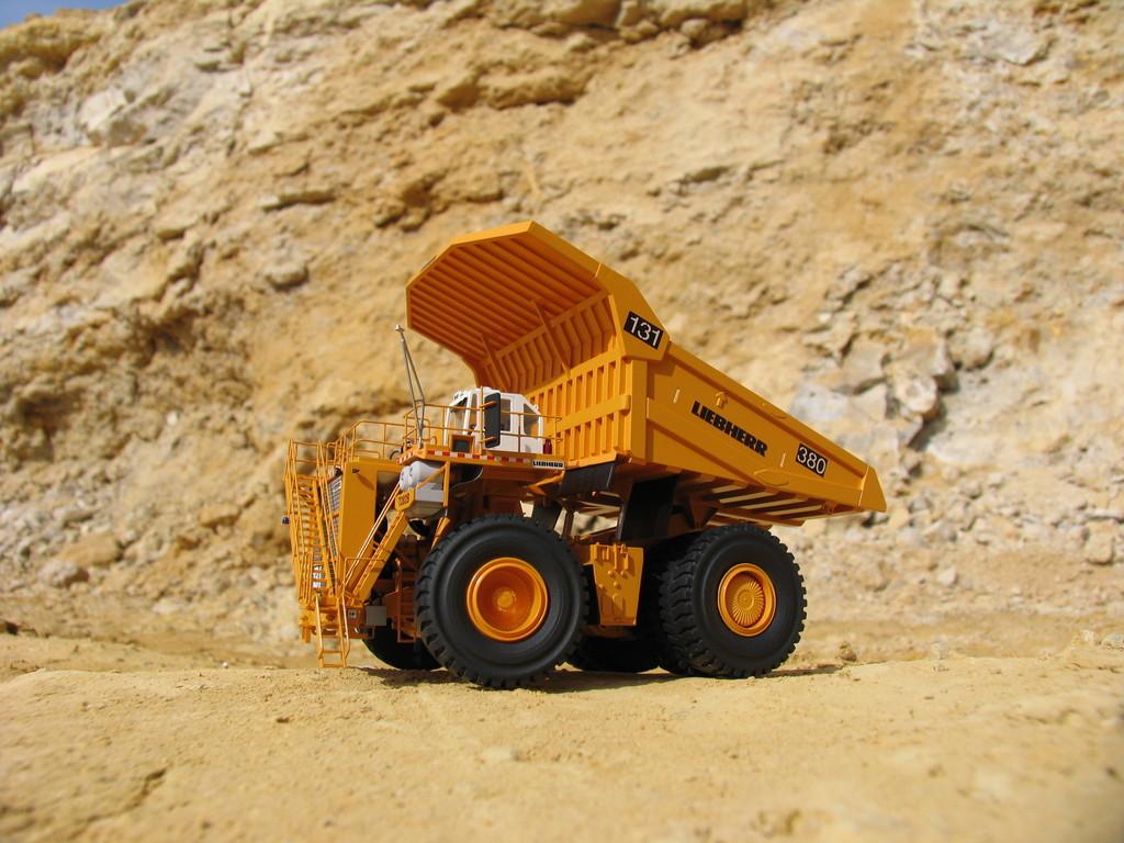 Der T282B hat 3650 PS und kann bis zu 400 Tonnen laden