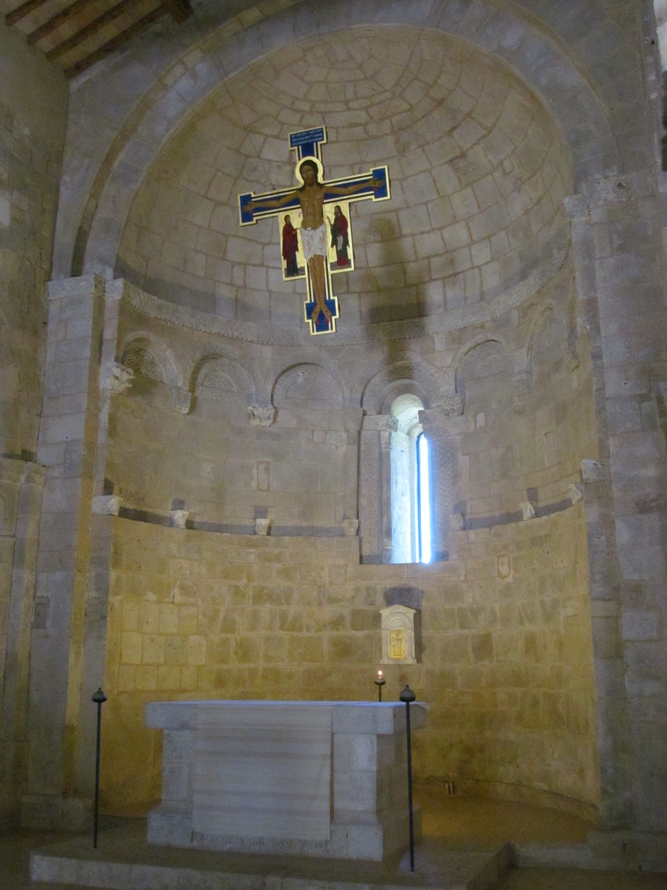 Apse of a beautiful Romanesque church in a tour environmental and religious - Abside di una bellissima chiesa romanica in un tour ambientale e religioso