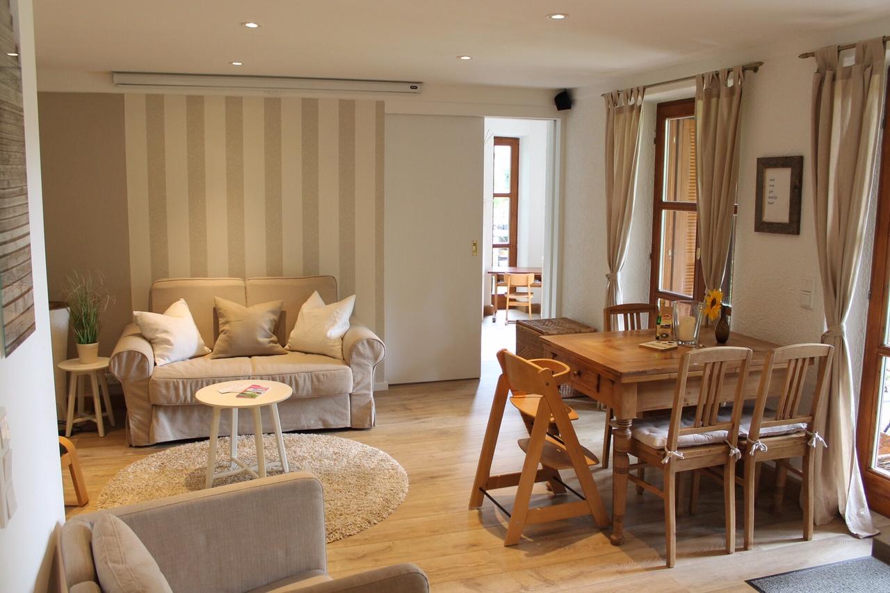 Der helle und gemütliche Wohnbereich mit Schiebetür zum Schlafzimmer