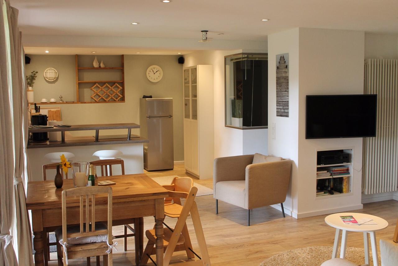 Entspannen im Wohnbereich mit offener Küche