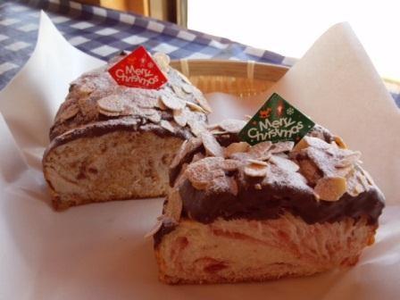 マーブルパンXmasバージョン☆いちごとビターキャラメルのマーブルパンに生クリームをサンド!!Xmas風にアレンジしました。