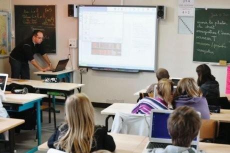 Grâce au nouvel équipement, les instituteurs constatent que les élèves souhaitent davantage passer au tableau. ARCHIVES P. F.