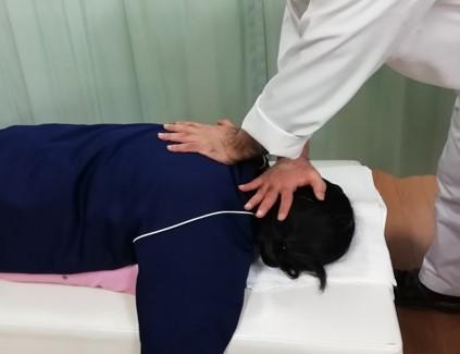 第7頚椎と第1胸椎の間の関節(椎間関節)の調節