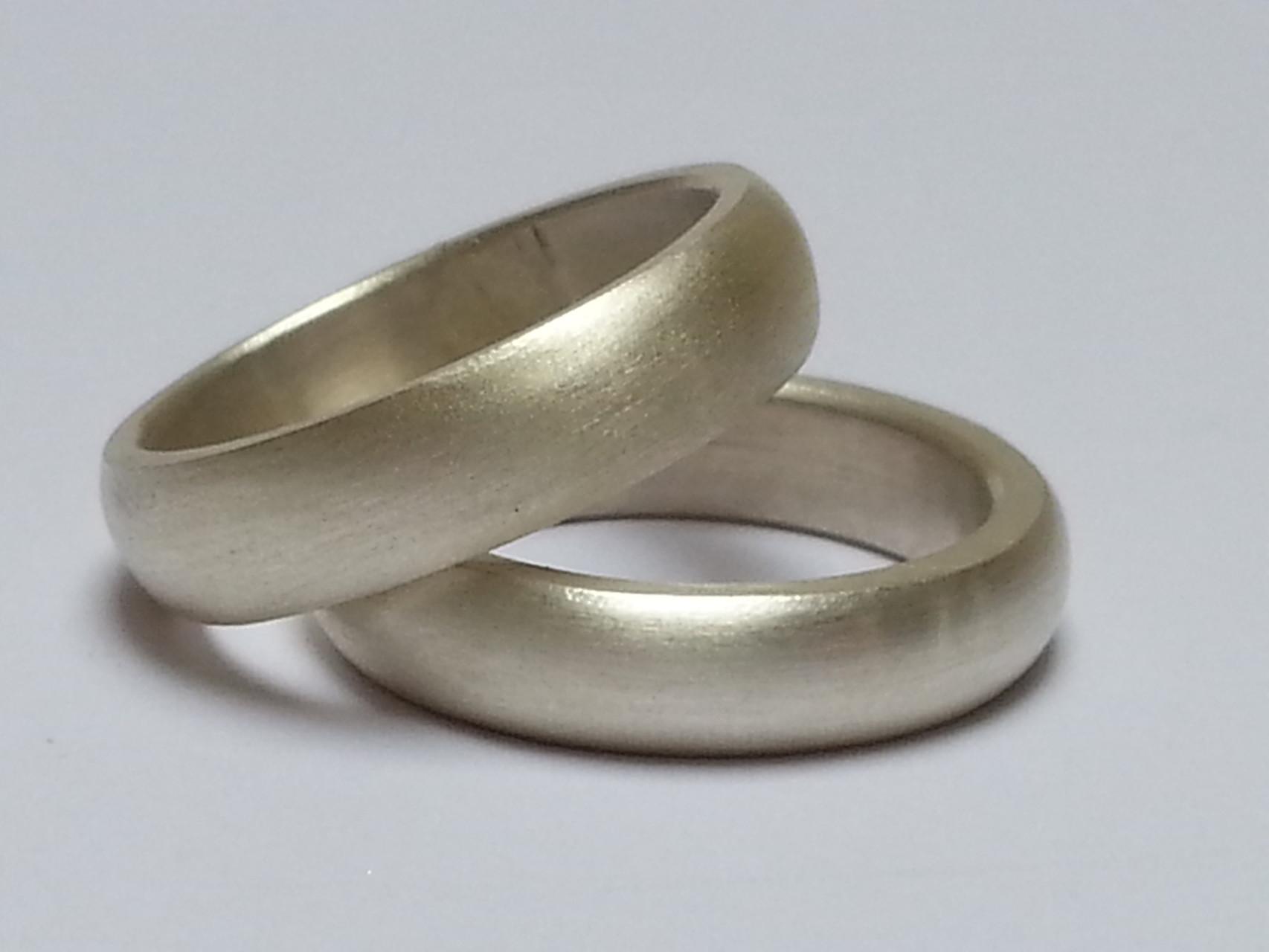 Ein Paar Verlobungsringe in 925 Silber