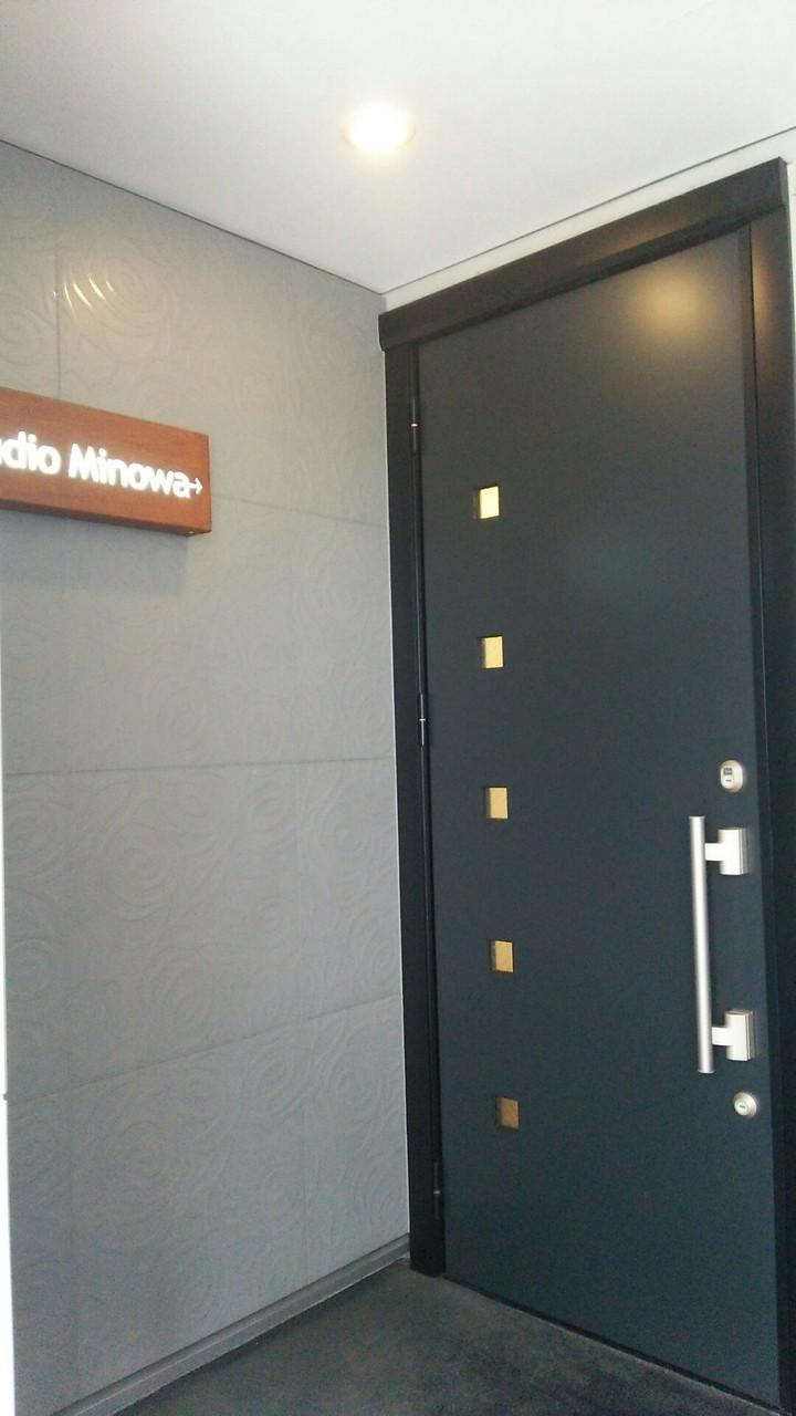 左側にある入口のドアはレッスン時には、あいかバレエクラスの看板をかけています