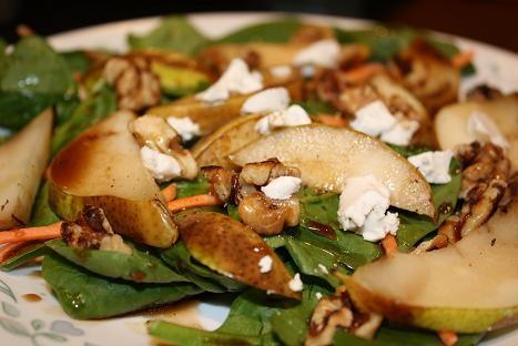 1. Gang: Rucolasalat mit karamelisierten Birnenspalten, Walnüssen & Gorgonzola