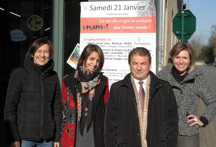 Monsieur le Maire nous rend visite, joyeusement entouré de Muriel, Animatrice du quartier prioritaire, Lucie, Présidente d'ArMulETe et de Céraphie, Conseillère citoyenne (de gauche à droite) .