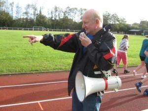 Herr Asmussen, der Organisator des Lauftages, gibt den Ton an!
