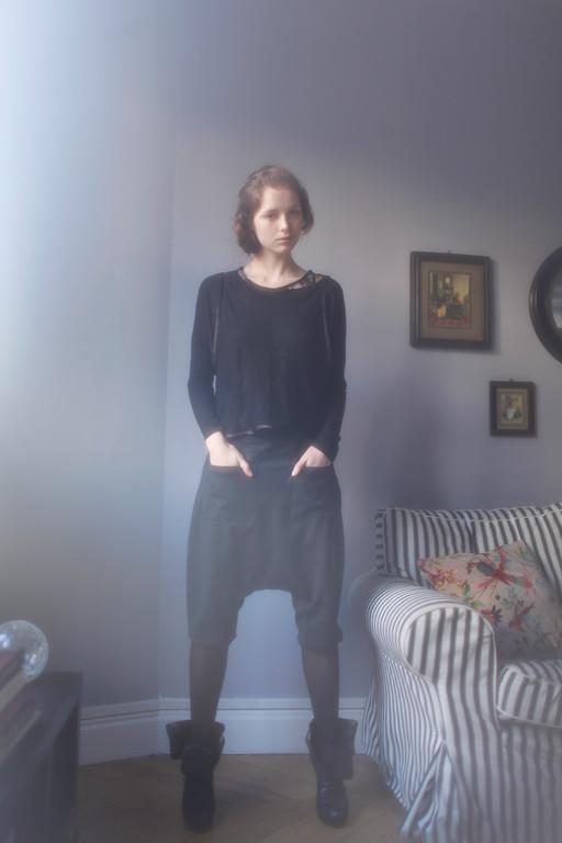Desdomonia : top dentelle, dentelle 100% polyester - 100% coton.  Viola : tee-shirt, fibres mélangées. Héro : sarouel-short, laine mélangée - Jeanne Berre