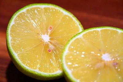 Eine frisch gepresste Zitrone verschafft den Kick am Morgen