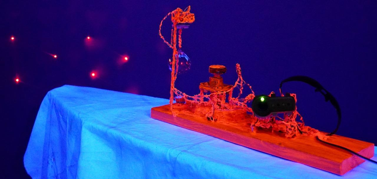 Schwarzlicht-Beleuchtung und Laserlichtpunkt.