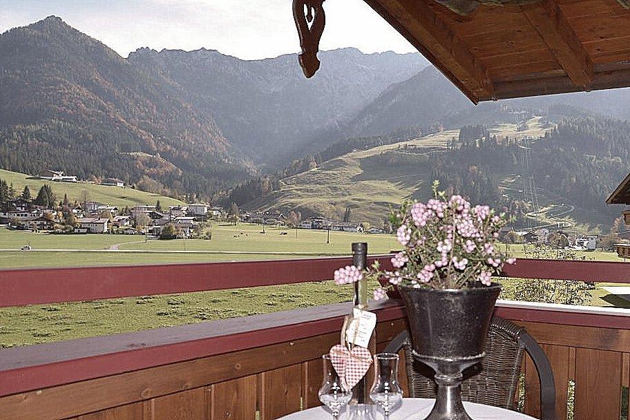 """Blick vom Balkon auf den """"Zahmen Kaiser"""""""