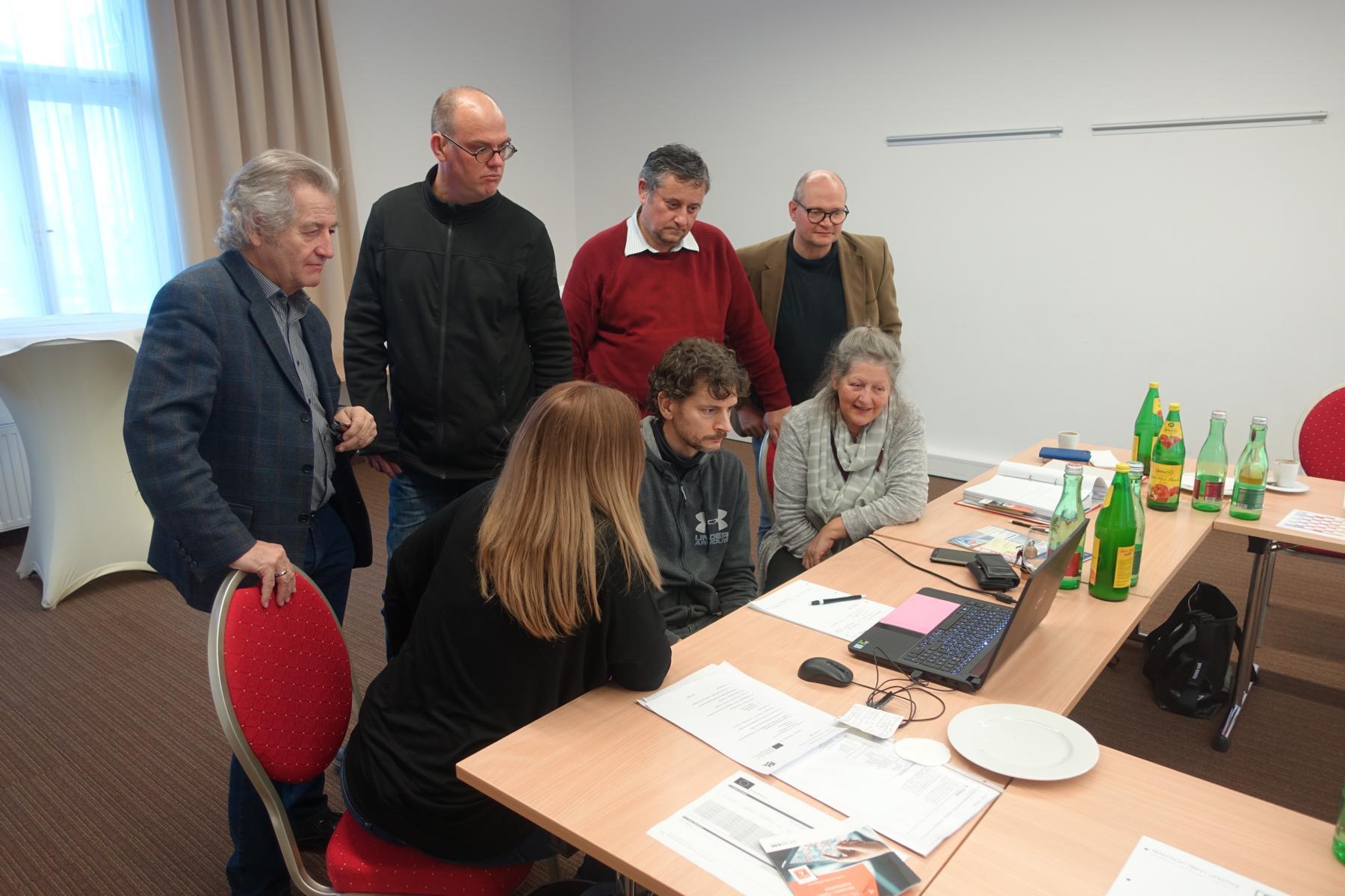 Alle Teilnehmenden blickten gespannt auf den Laptop von Lukas Huber.