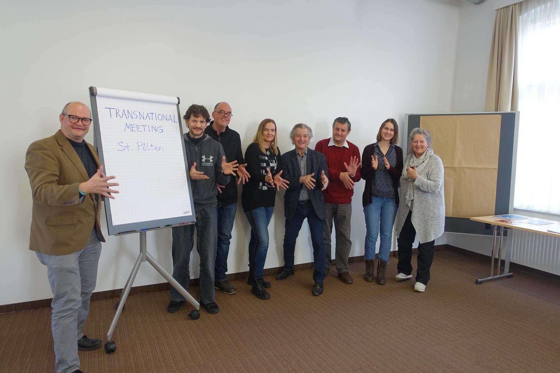 """Die Teilnehmenden des Projektes """"Aufbau und Vernetzung von Stadtführungen in der Gebärdensprache""""."""