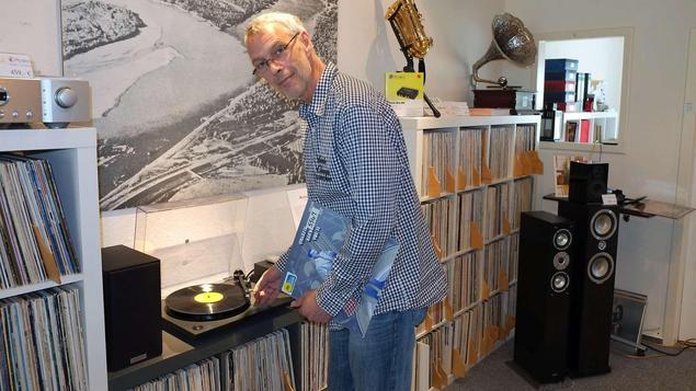Peter Durek legt auf - und er freut sich, wenn Kunden durch ihn den besonderen Klang des Vinyl wiederentdecken. - Foto: Ulrike Scheffer