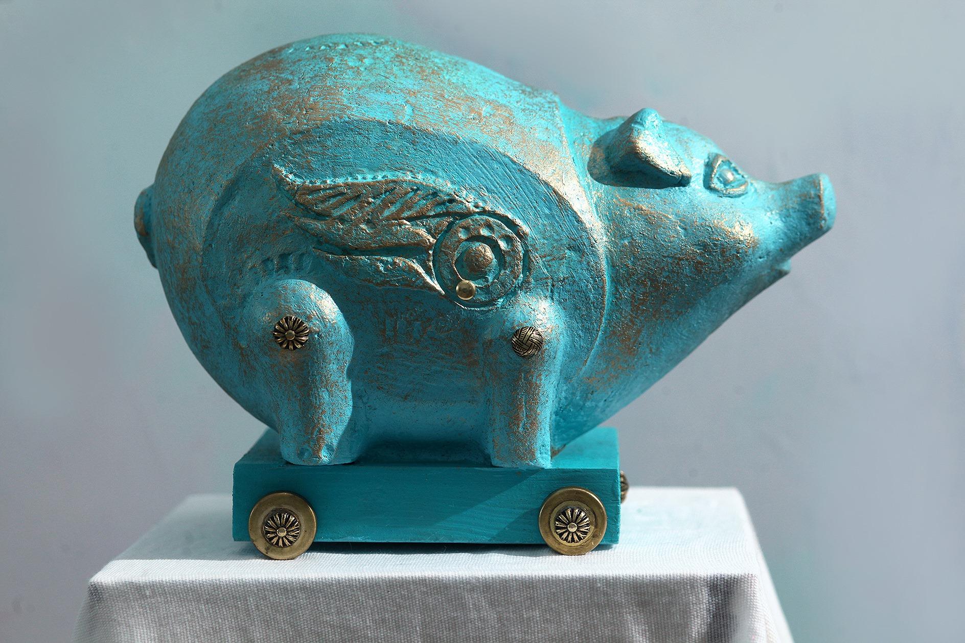 Летучая свинка.       2018 г.         Дерево, металл, папье-маше.      (18х25х13 см.)