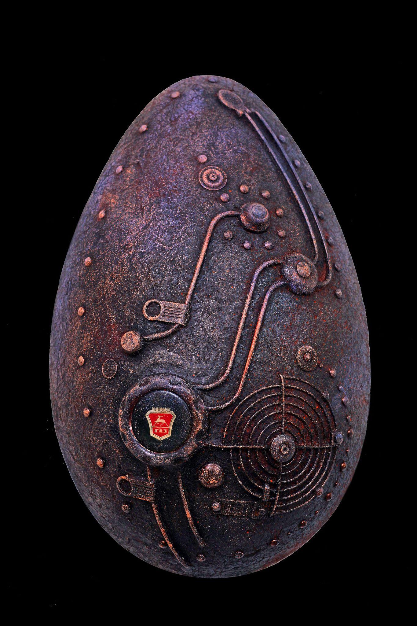 Техно - яйцо.        2019 г.             Папье-маше, металл.       (44 х 28 см.)