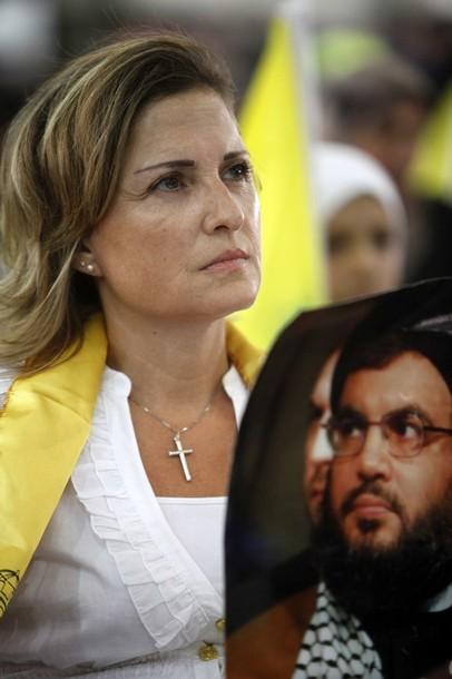Cristiana libanese durante un raduno politico di Hezbollah, con la croce al collo