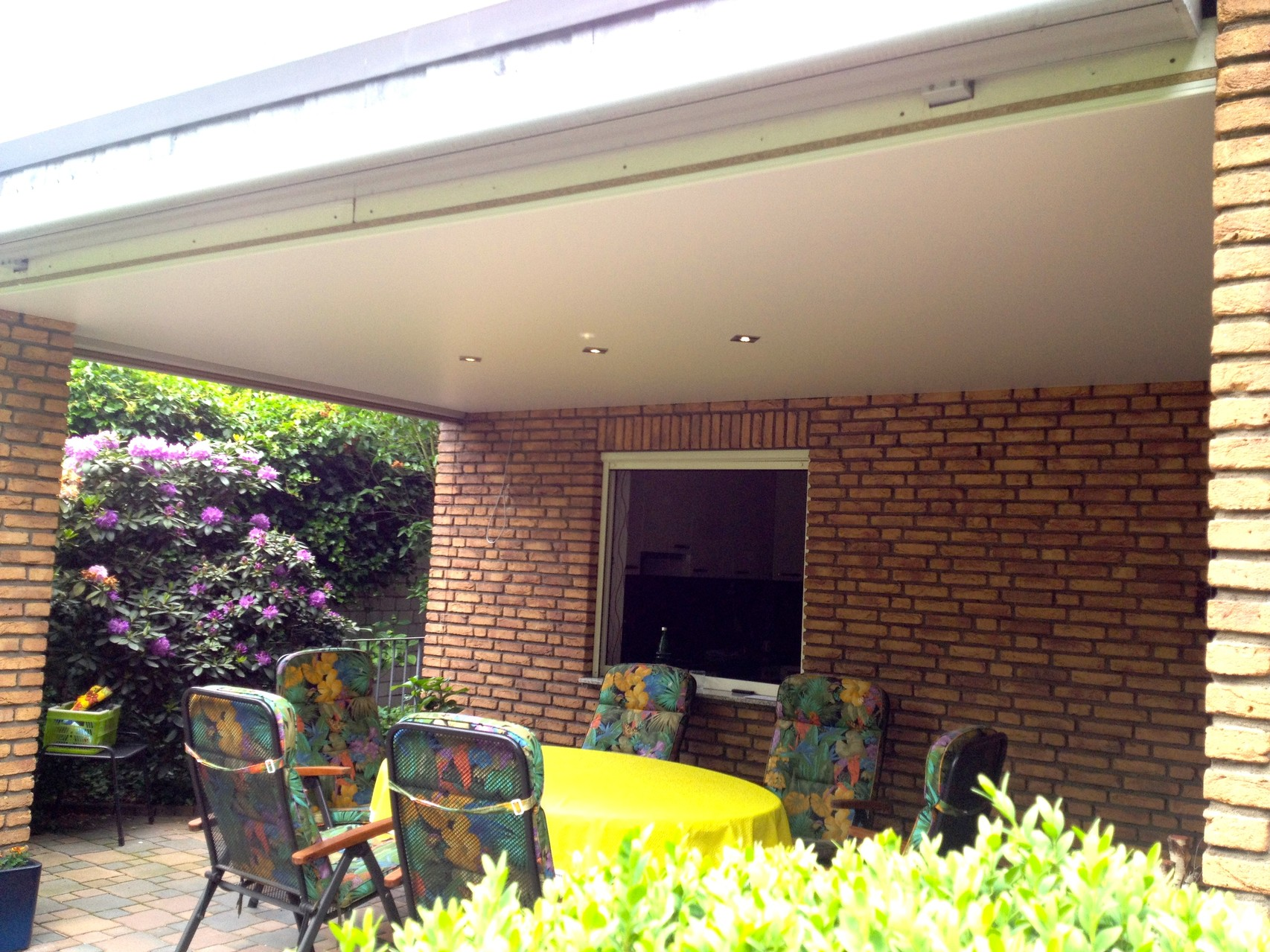 Seidenmatt weiß unter einer Terrassenüberdachung mit LED Beleuchtung