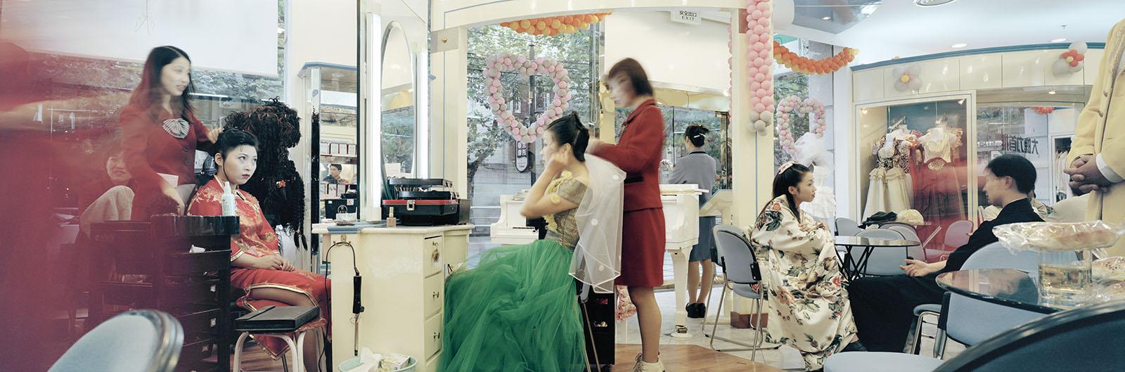 Zeng Nian,Dans un salon de mariage à Shanghai. 1999. Tirage jet d'encre sur papier INNOVA Exhibition Photo Baryta 310 gsm, 128.6X42.5cm / 02/15