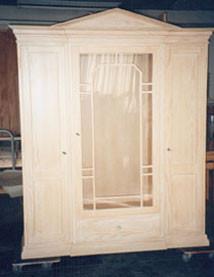 Vitrine in Pinie voll massiv gekalkt, 150 cm breit und 220 cm hoch. Mit Sprossenverglasung und vorgezogenem Mittelteil.