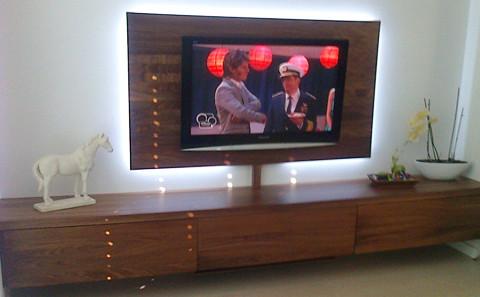 Schrankwand Nussbaum massiv,3 große Schubladen mit Vollauszügen, Wandboard für Fernseher mit umlaufender LED-Beleuchtung.