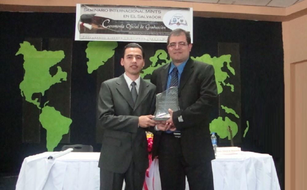 Entrega de Placa de Reconocimiento Ministerial a Rev. José Ramírez
