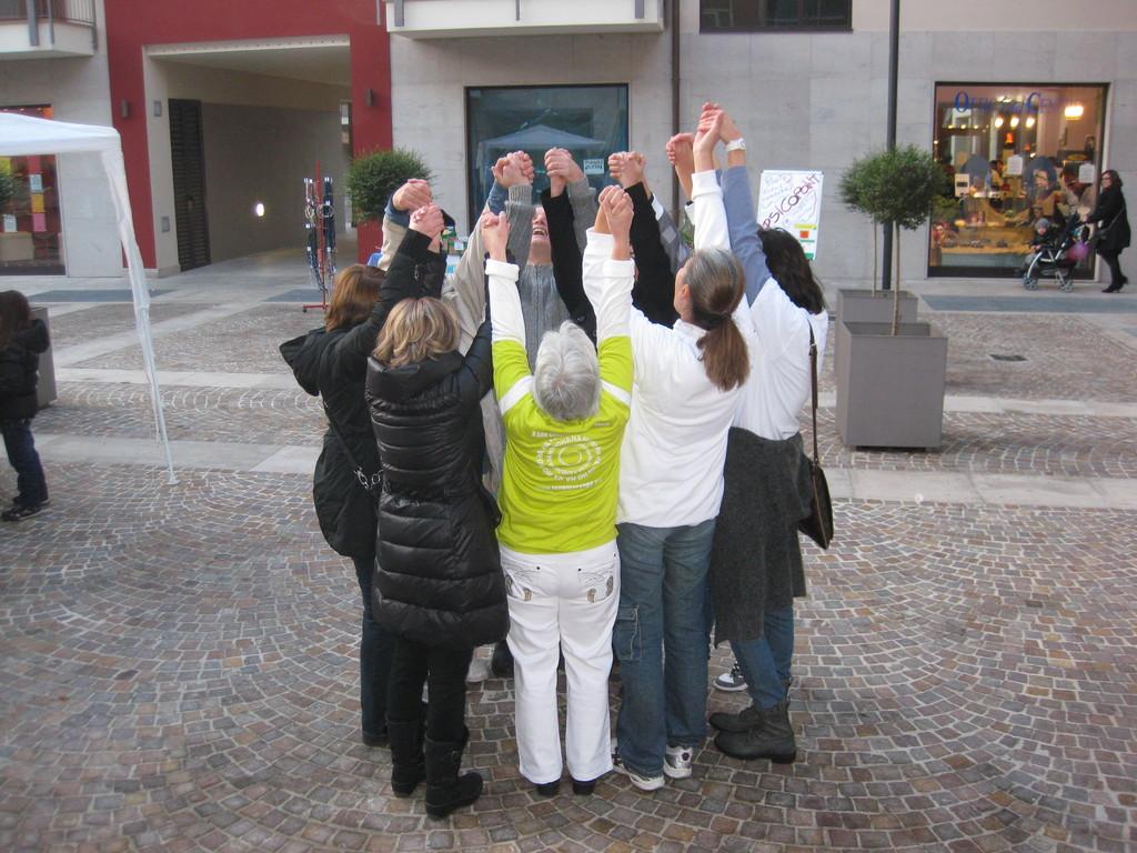 SESSIONE DI RISATA DOMENICA 27 NOVEMBRE IN PIAZZA GALIMBERTI !