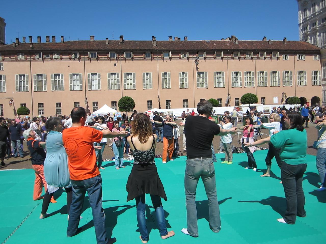 ridere per te stesso !   Loredana Zagami con yoga della risata Torino il metodo del Dott.  Madan Kataria