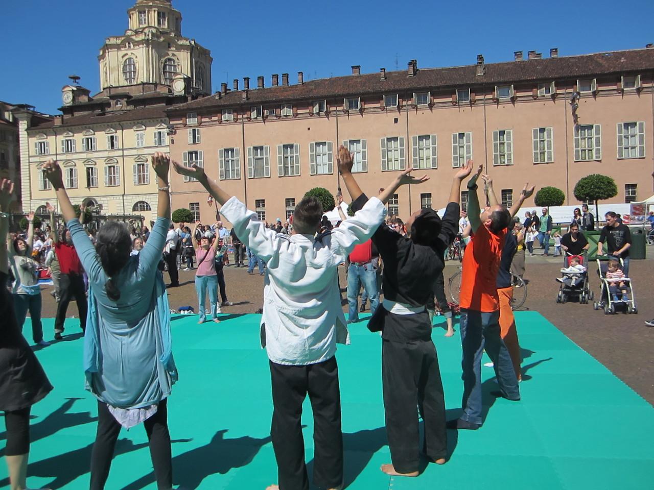 lo sport per la tua gioia ...   Loredana Zagami con yoga della risata Torino il metodo del Dott.  Madan Kataria