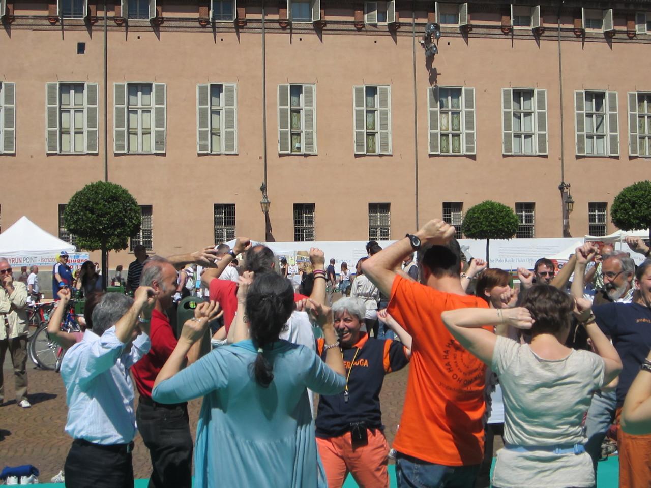 il tuo corpo ti ringrazierà .... con una risata!   Loredana Zagami con yoga della risata Torino il metodo del Dott.  Madan Kataria
