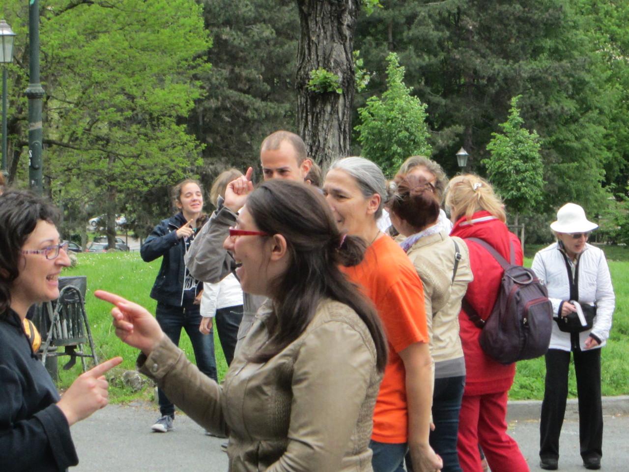 VENTO MINACCIOSO ....    Loredana Zagami con yoga della risata Torino il metodo del Dott.  Madan Kataria