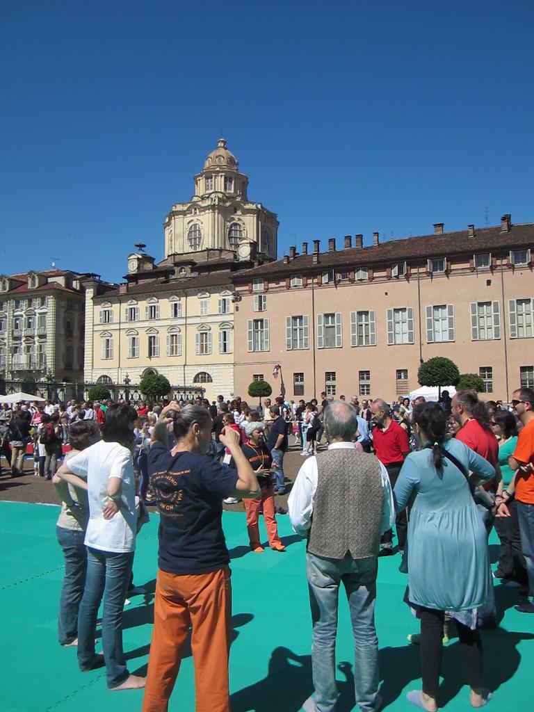in Piazza Castello con la cornice del Palazzo Reale ...  Loredana Zagami con yoga della risata Torino il metodo del Dott.  Madan Kataria