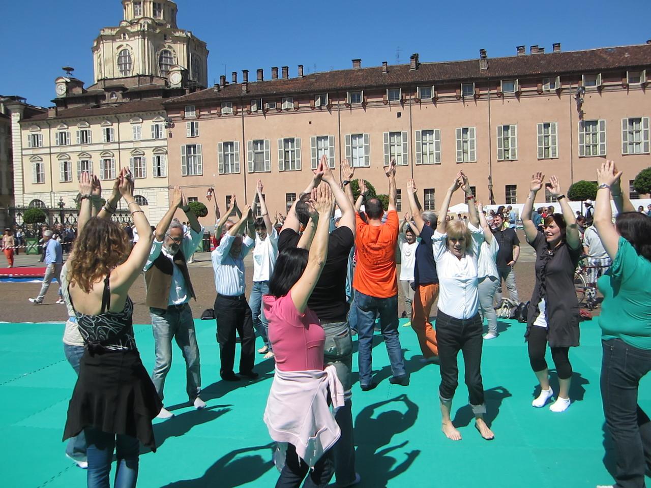 lo sport dell'autostima ....   Loredana Zagami con yoga della risata Torino il metodo del Dott.  Madan Kataria