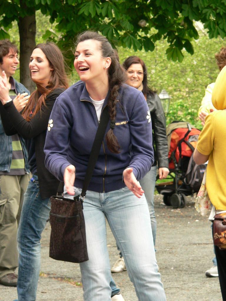GRAZIE A CHIARA !  A PIOSSASCO RIDETE CON LEI!   Loredana Zagami con yoga della risata Torino il metodo del Dott.  Madan Kataria