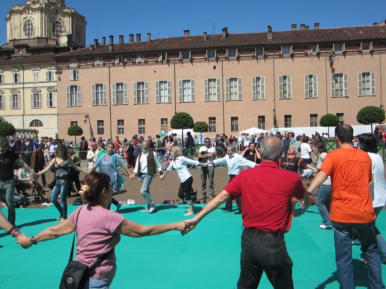ridiamo per il mondo !    Loredana Zagami con yoga della risata Torino il metodo del Dott.  Madan Kataria