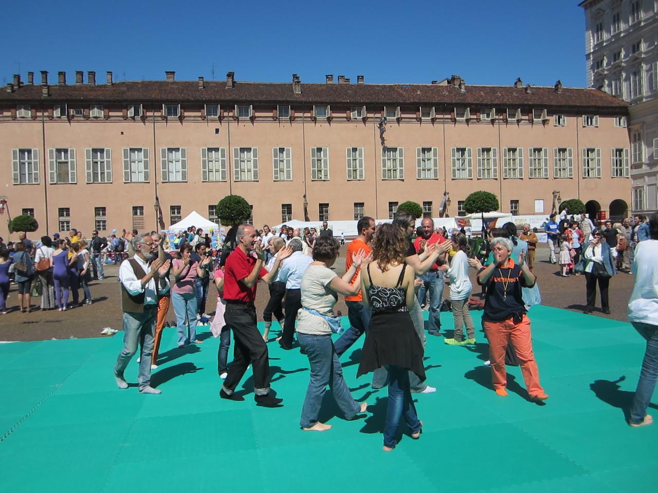 lo sport per il tuo cuore ...   Loredana Zagami con yoga della risata Torino il metodo del Dott.  Madan Kataria
