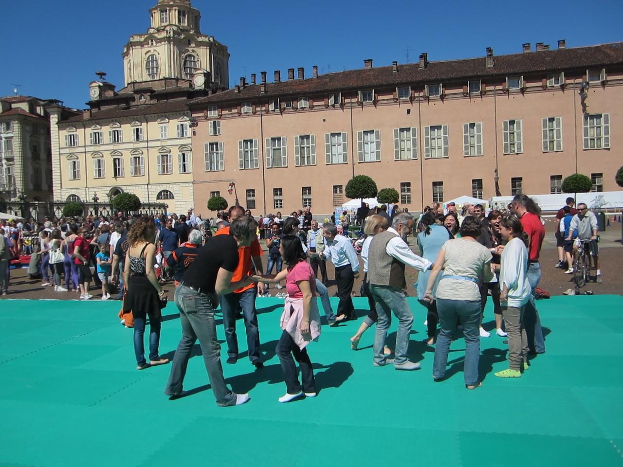 RIDERE COME FORMA DI ESERCIZIO ..... UNA PALESTRA !  Loredana Zagami con yoga della risata Torino il metodo del Dott.  Madan Kataria