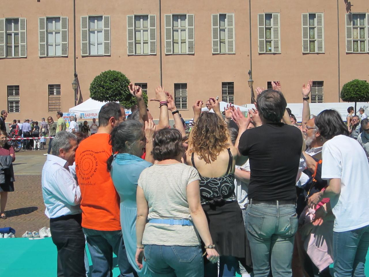 ridi senza motivo !   Loredana Zagami con yoga della risata Torino il metodo del Dott.  Madan Kataria