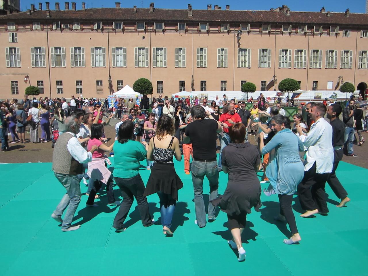 lo sport senza età ....   Loredana Zagami con yoga della risata Torino il metodo del Dott.  Madan Kataria
