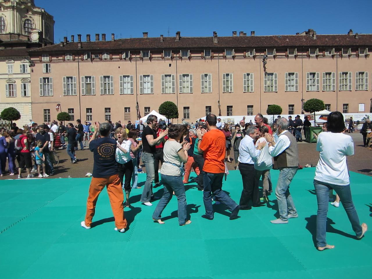 Yoga della Risata con il club della risata Scriba   Loredana Zagami con yoga della risata Torino il metodo del Dott.  Madan Kataria