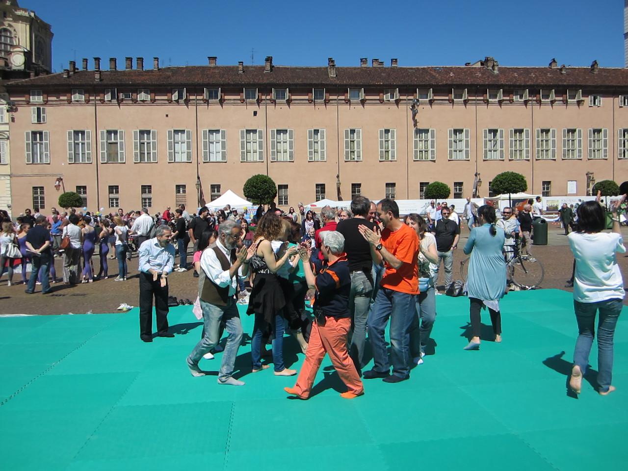 ci fa conoscere nuovi amici .....   Loredana Zagami con yoga della risata Torino il metodo del Dott.  Madan Kataria
