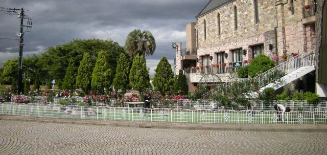 ホテルサンライフガーデンの社員による敷地の清掃、植栽の手入れ  2011年5月30日