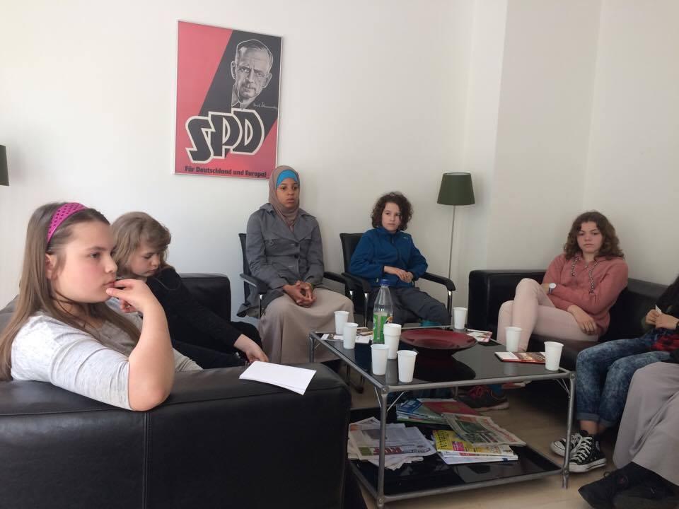Die Mädchen bei der Diskussion im Büro in Wilhelmsburg