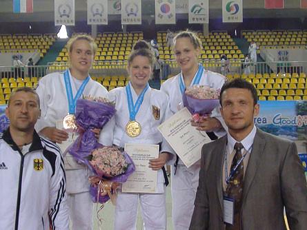 Selina (2vl) mit den deutschen Medaillengewinnerinnen und dem Bundestrainer